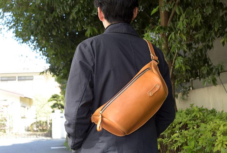 419fb96f0ba4 メンズ・レディース問わずで人気の横型ファスナーボディバッグ「革鞄の ...