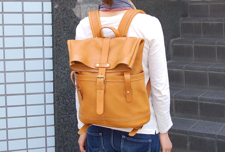 07151368ea1e ユニークデザインが目を惹くダブルポケットのおじぎリュック「革鞄のHERZ ...