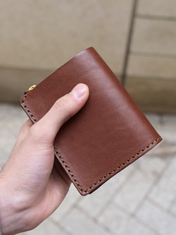 24ee97c5e8d9 コンパクトでもメイン財布として使える小型の二つ折り財布「革鞄のHERZ ...