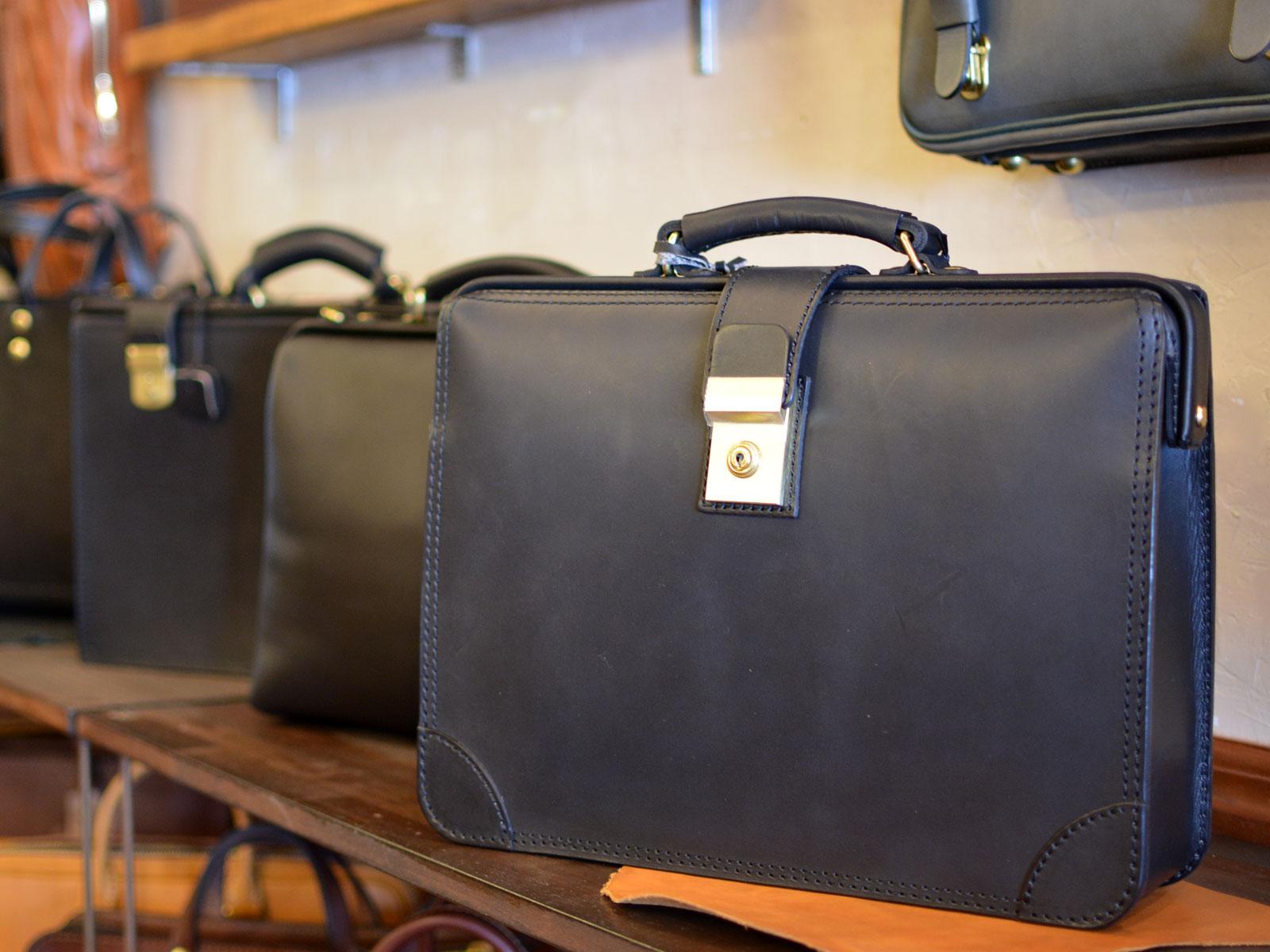 ブラックレザーで揃えるビジネスバッグと革小物