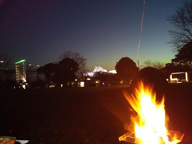 キャンプ場での焚火