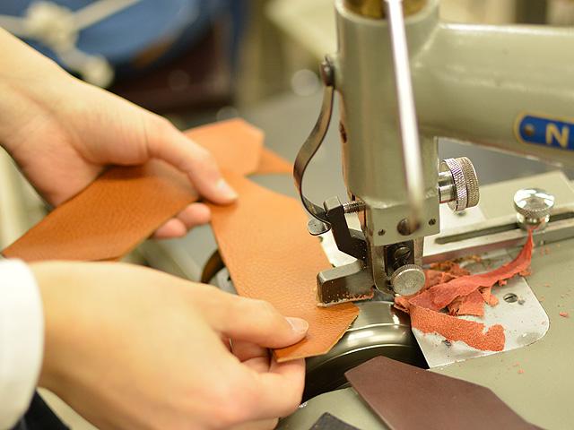 春財布製作中 革漉き