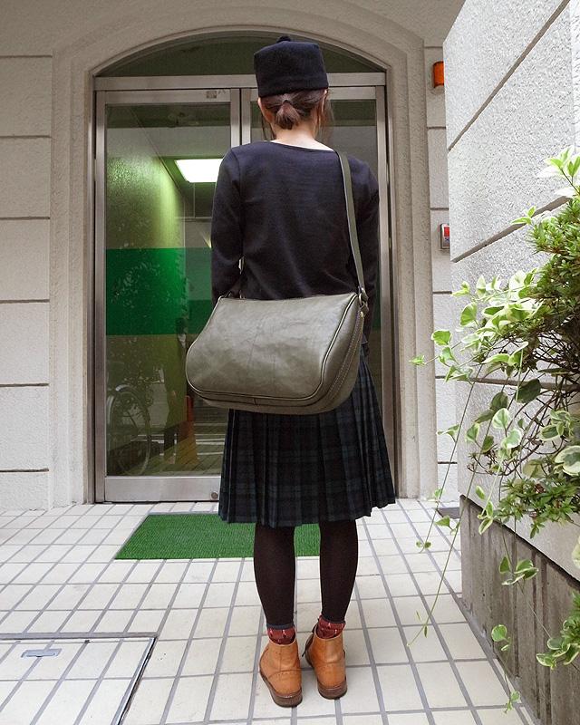 シンプルなショルダーバッグ 女性着用