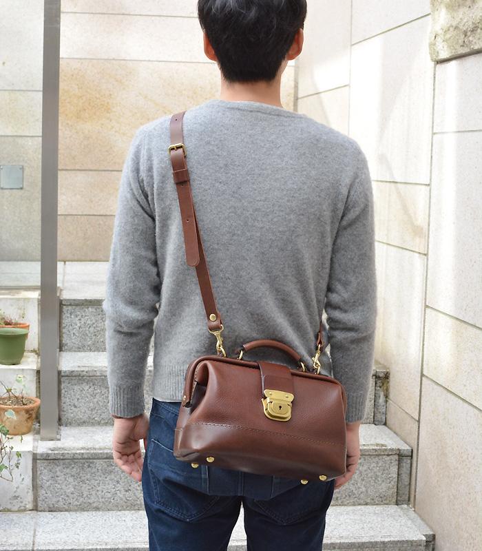 博多工房発のサンプル鞄(口枠2wayショルダー) チョコ斜め掛け