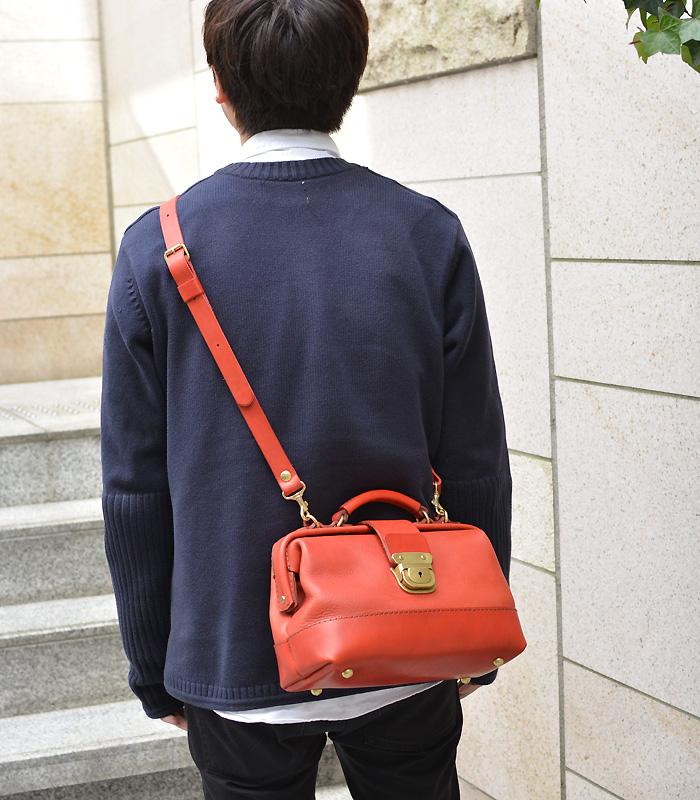 博多工房発のサンプル鞄(口枠2wayショルダー) 赤 着用
