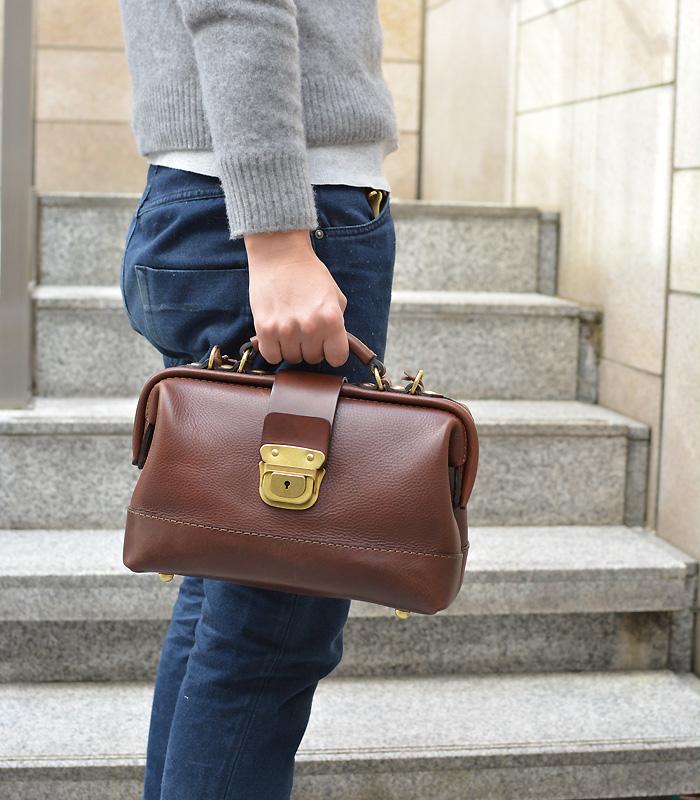 博多工房発のサンプル鞄(口枠2wayショルダー) チョコ手持ち