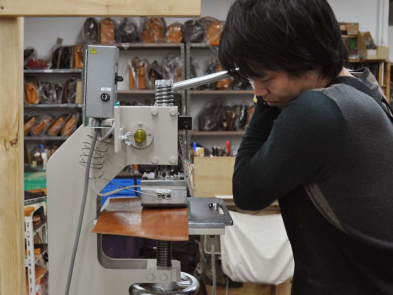 40周年記念!革と木の職人共作モデル ~試作編~ 刻印
