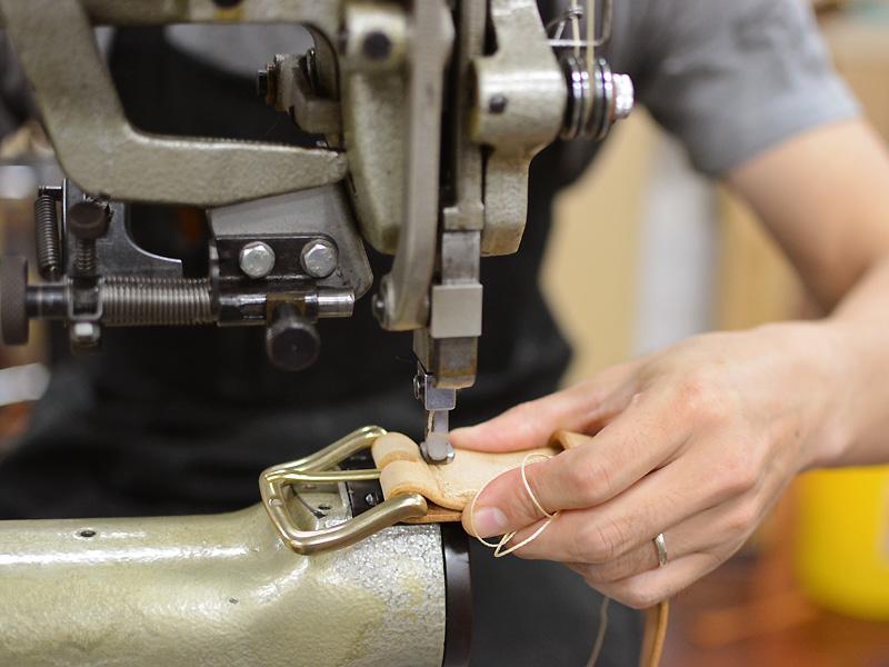 ベルト製作風景 縫い