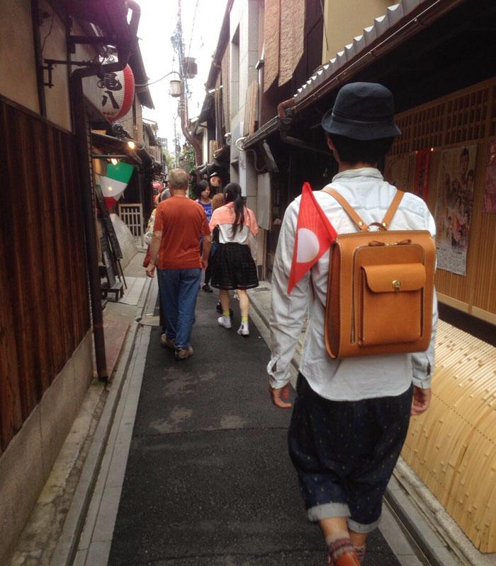 京都細路地とリュック後姿