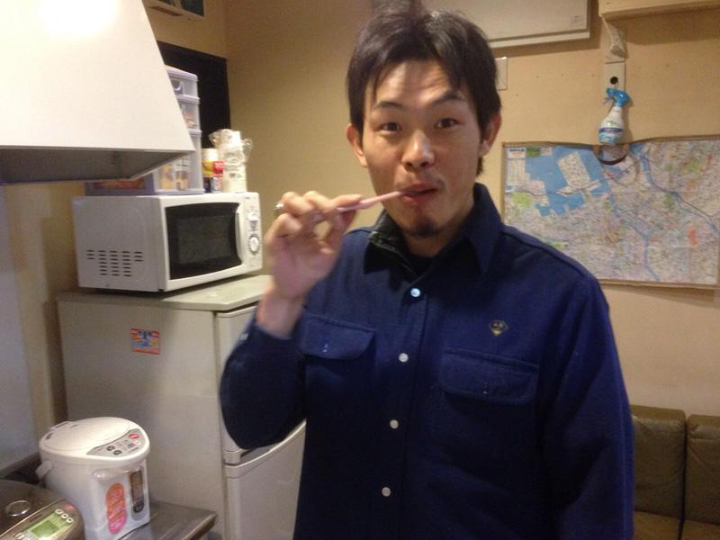 歯磨き中の博多工房リーダー:熊谷。