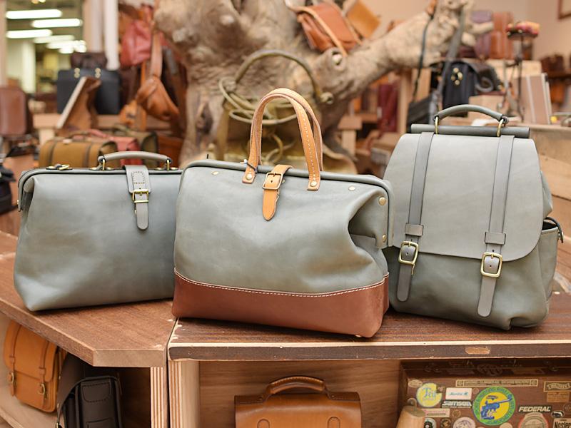 グレイッシュブルー 鞄