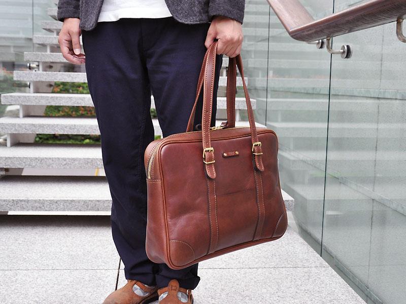 映画『くちびるに歌を』にHERZのビジネスバッグが使われています