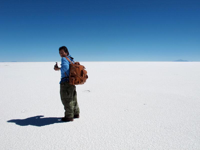 昼のウユニ塩湖に立つ川村さん
