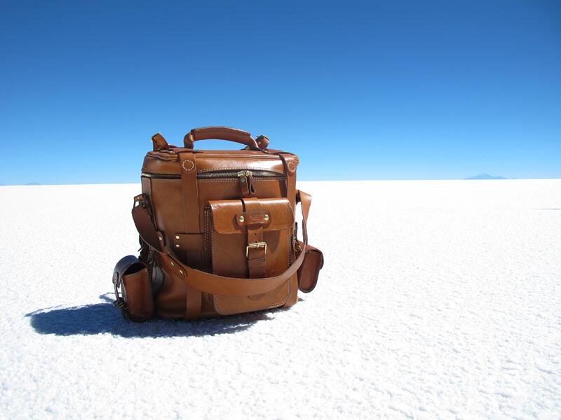 ウユニ塩湖に立つ大型ギャジット3wayリュック(A-21