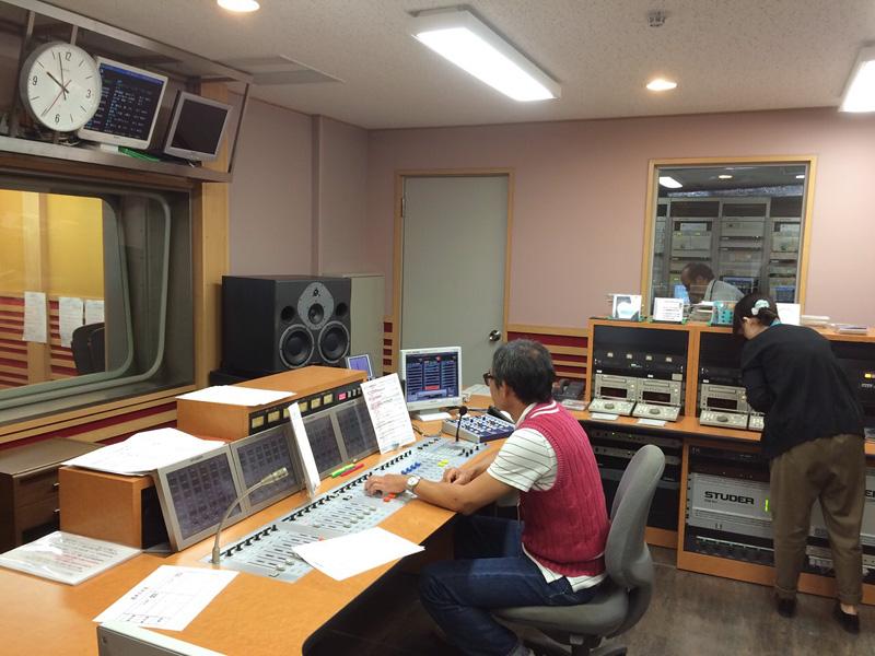 ラジオスタジオ内