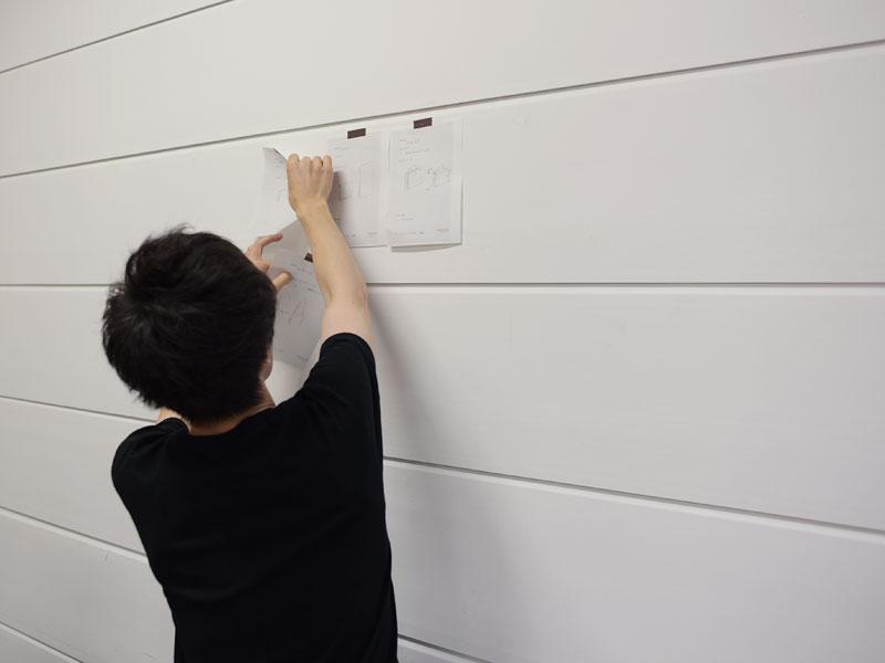 デザイン案を壁に貼る