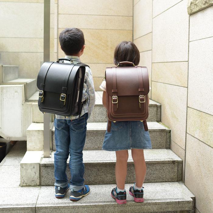 縦型ランドセルを背負う男の子と女の子