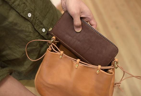 横長の巾着袋に長財布を収納