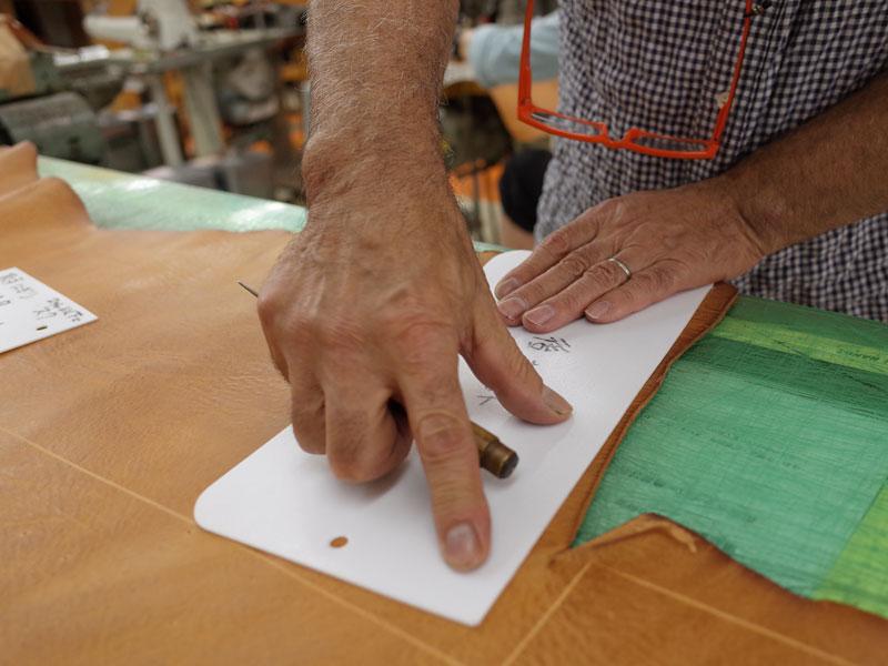 型紙と革を照らし合わせる