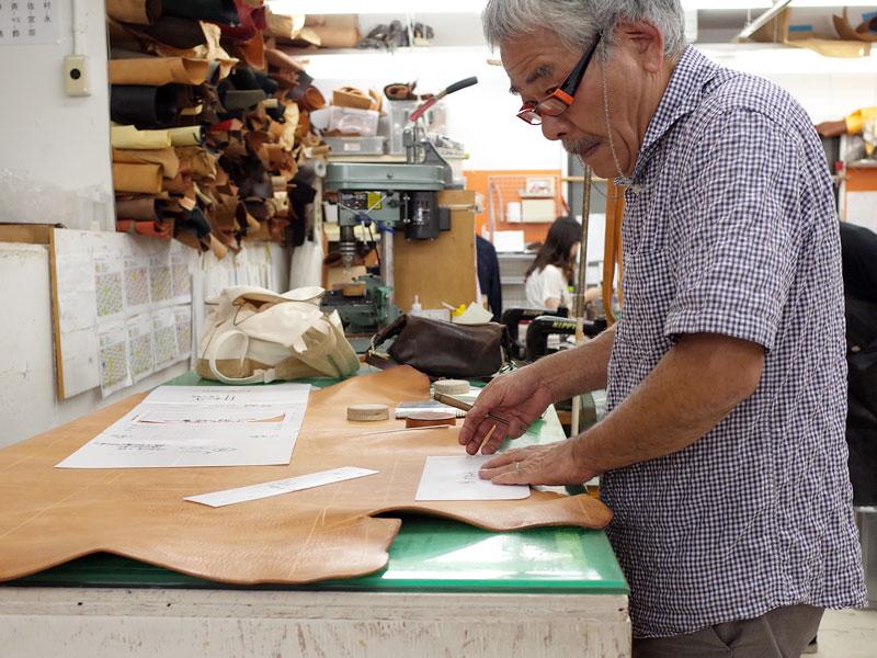 型紙にケガキを入れる創業者の近藤
