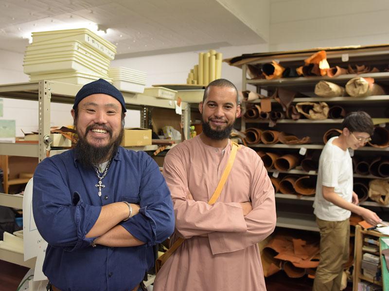鈴木とモロッコの革職人さんツーショット