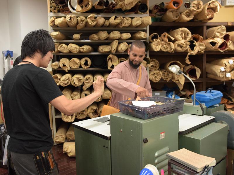 漉き機を見るモロッコの革職人