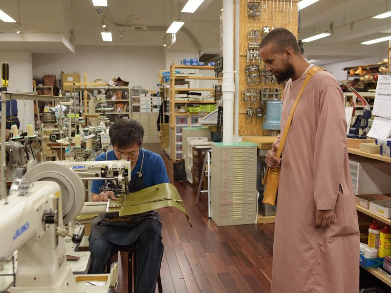 作り手を見るモロッコの革職人
