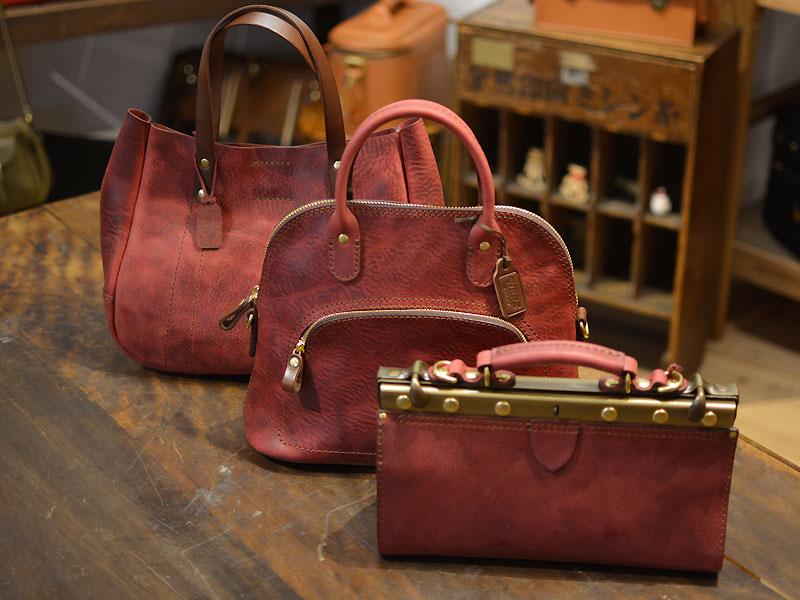 ワインレッドのレディースバッグとコパンタショルダー