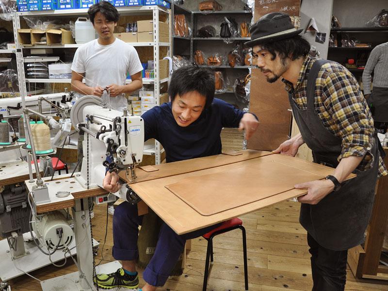 縫製する作り手:袴田