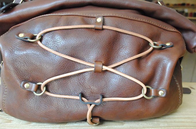 鞄正面には丸紐が付いています。この鞄の顔になっているデザインです。