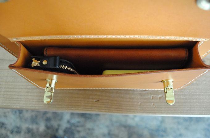 正面下にはマチ付きのポケットがあります。 長財布が入る大きさですが小物を入れるのにも重宝します。