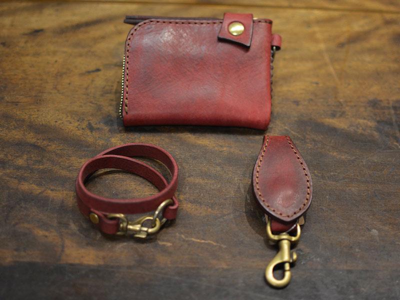 財布とウォレットコードとキーホルダー