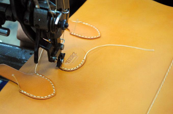 楕円タグの縫い付け。