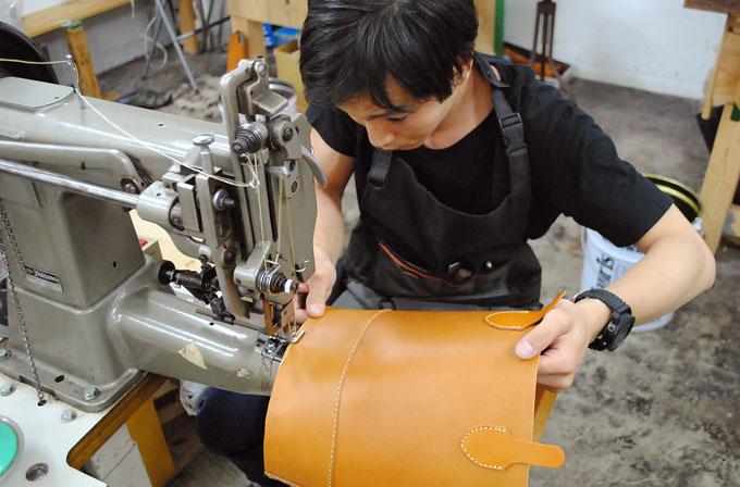 本体と底部分の縫い作業。