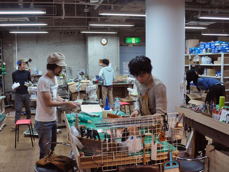 名古屋ではグランドオープンに向けて鞄作り