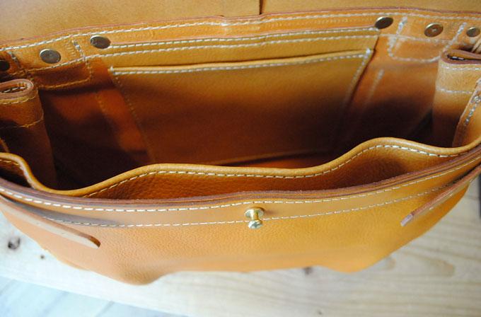 中の前側に盤面サイズのポケット、後ろ側には吊り下げポケットが付いています。