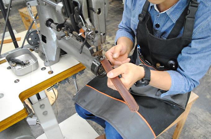持ち手の縫い作業。