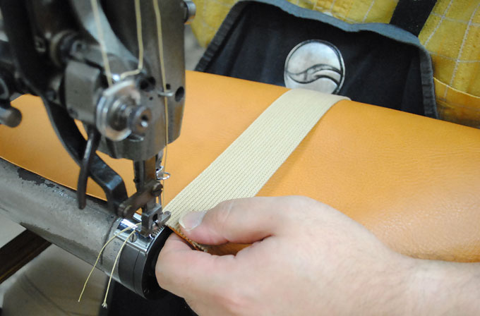 持ち手となる綿テープの縫い合わせ。