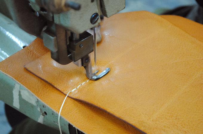 背面クッションの縫い作業。