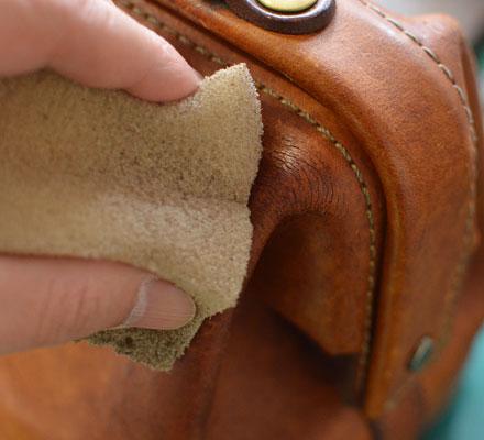 革は乾燥すると、ひび割れが起き、さらに悪化すると破れに生じます。