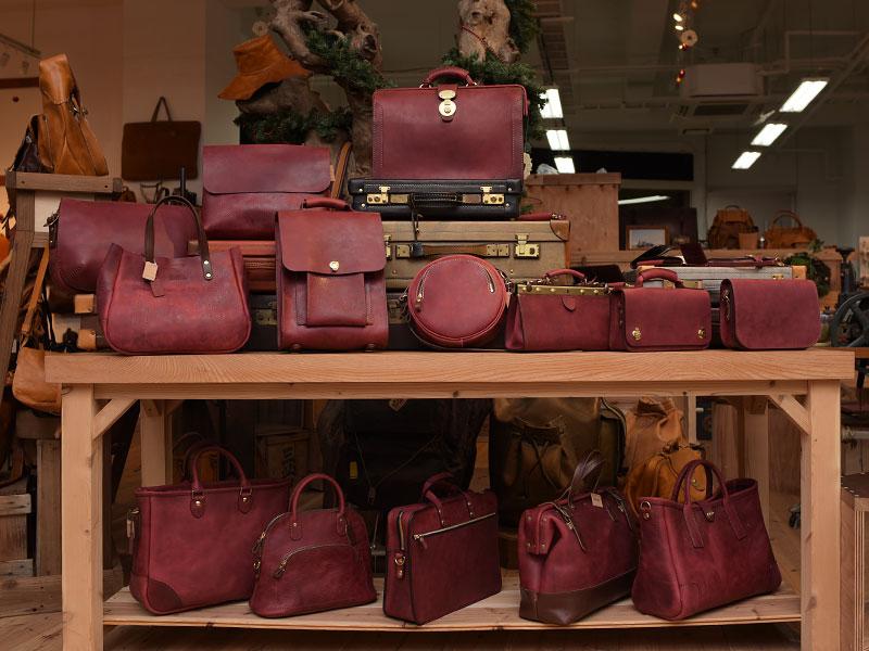 本店ワインレッドの革鞄たち