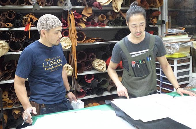情報交換をする仙台店:増澤(左)と本店:西川(右)。