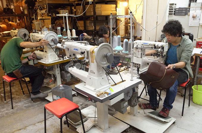 研修に備えて、到着後すぐにミシンの試踏みをする本店作り手:間所(右)