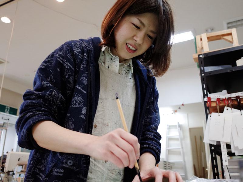 書初めをする作り手:濱田