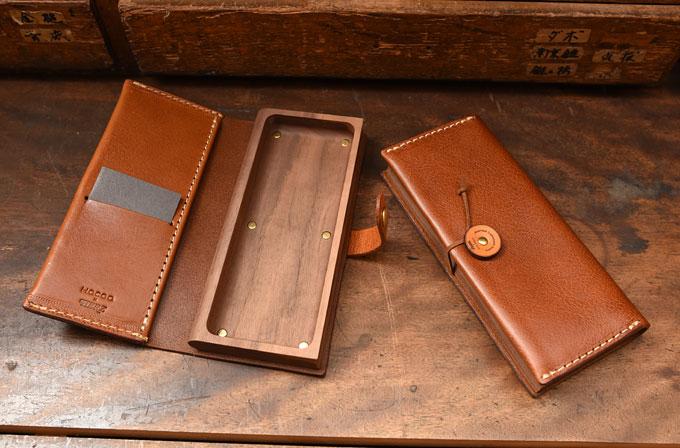 木の器を革が優しく包み込むデザインのペンケース。