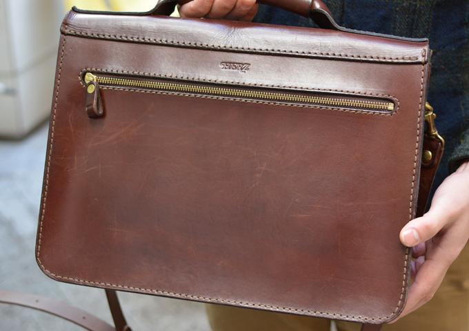 スタッフ愛用品: 学生鞄風・2wayビジネスバッグ エイジング後面