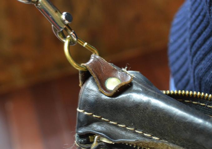 スタッフ愛用品: リバーシブルショルダーバッグの特別仕様 エイジング金具
