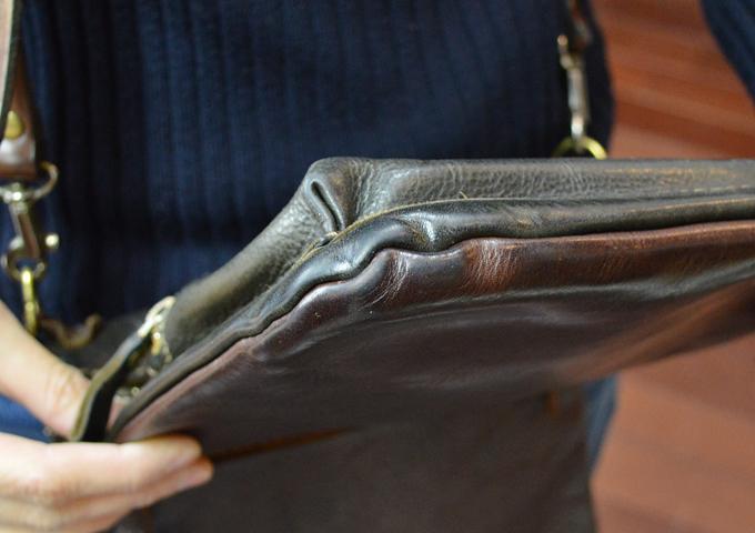 スタッフ愛用品: リバーシブルショルダーバッグの特別仕様 エイジング四隅
