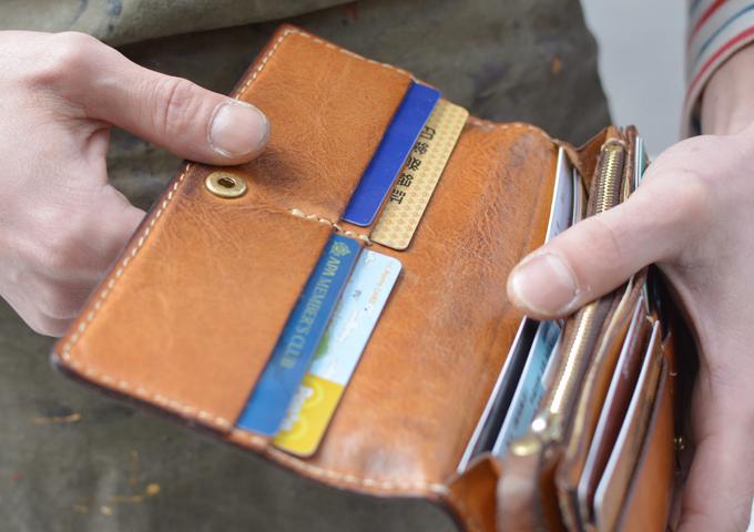 スタッフ愛用品: ソフトレザーの長財布 エイジング内側