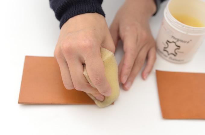 その乾燥を和らげるために、仕上げにオイルを塗っていきます。 オイルを塗ることで革に潤いが戻り反りも落ち着きます。